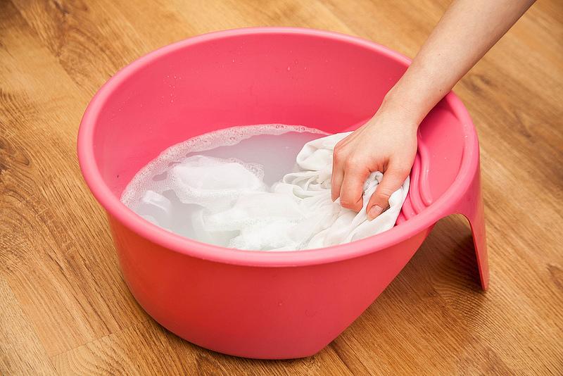 Hacer la colada lavando a mano