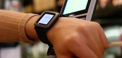 Con el móvil, smartwatch o la cara… Pagar con tarjeta no está de moda